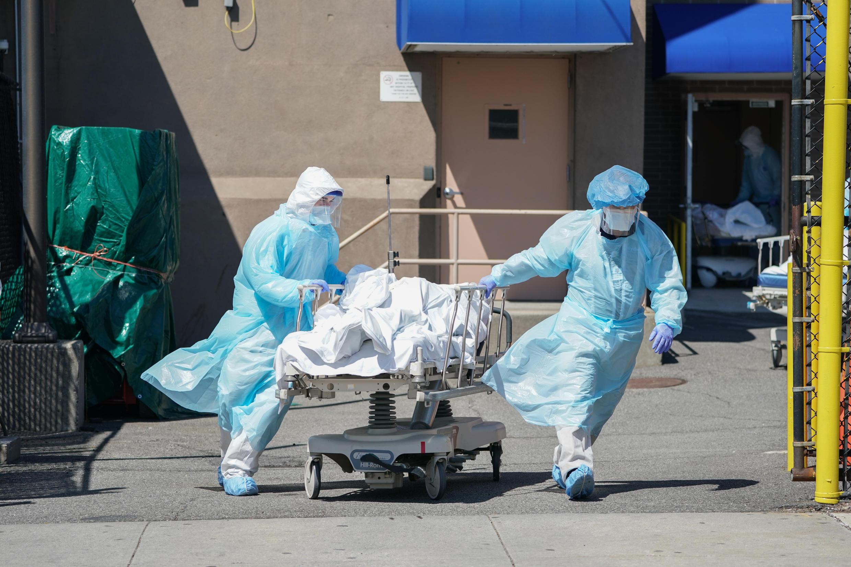 Los cuerpos se trasladan a un camión de refrigeración que sirve como depósito de cadáveres temporal en Nueva York, el foco principal del brote en Estados Unidos, con más de 4,750 muertes.