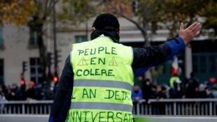Un manifestant lors d'un rassemblement marquant le premier anniversaire du mouvement des Gilets jaunes à Paris, le 16 novembre 2019.
