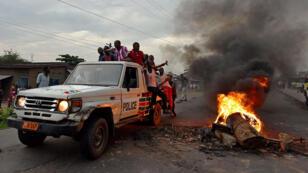 Des opposants au président Pierre Nkurunziza se sont emparés d'un véhicule de la police et ont mis le feu à un barrage, le 19 mai à Bujumbura.