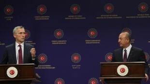 Le chef de la diplomatie turque, Mevlüt Çavusoglu, et le secrétaire général de l'Otan, Jens Stoltenberg, lors d'une conférence de presse à Ankara, le 5 octobre 2020.