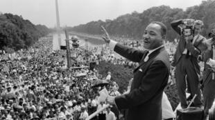 """واشنطن في 28 آب/أغسطس 1963، مارتن لوثر كينغ يلقي خطابه الشهير """"لدي حلم"""" أمام 250 ألف متظاهر"""