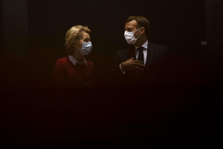 La présidente de la Commission européenne Ursula von der Leyen et le président français Emmanuel Macron échangent avant la reprise du sommet européen à Bruxelles, le 18 juillet 2020.