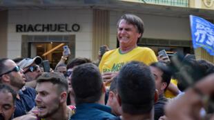 El candidato presidencial Jair Bolsonaro reacciona tras recibir un ataque con cuchillo durante un mitin en Juiz de Fora (Minas Gerais)