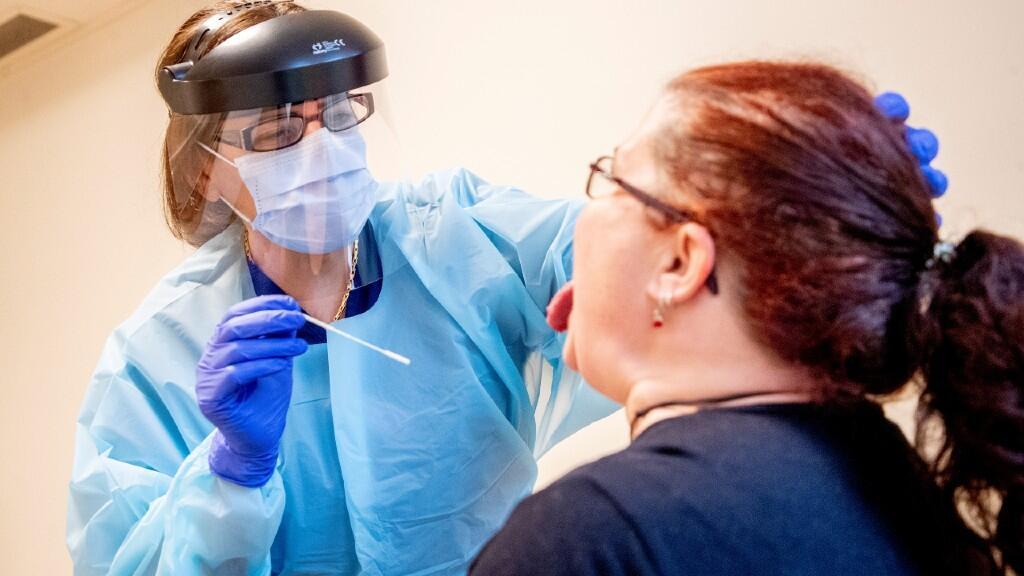 Una enfermera toma una muestra de un asistente de enfermería para una prueba rápida de Covid-19 antes de que pueda comenzar su turno en un hogar para ancianos en Lerum, Suecia, el 18 de diciembre de 2020.