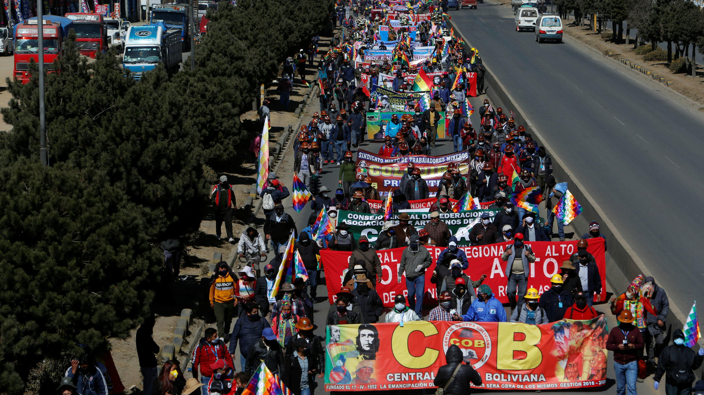 La ciudadanía se manifiesta durante una marcha organizada por la COB, el Centro de Trabajadores de Bolivia, para exigir elecciones anticipadas, en El Alto, La Paz, Bolivia, el 28 de julio de 2020.