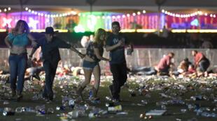 Un homme de 64 ans  lourdement armé a ouvert le feu sur une foule, dimanche soir à Las Vegas, tuant au moins  59 personnes et en blessant 527 autres.