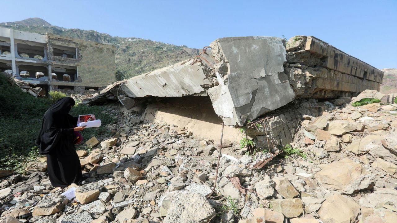 Une école détruite lors d'affrontements entre forces gouvernementales soutenues par l'Arabie saoudite et les houtis, à Taez, 16 septembre 2018.