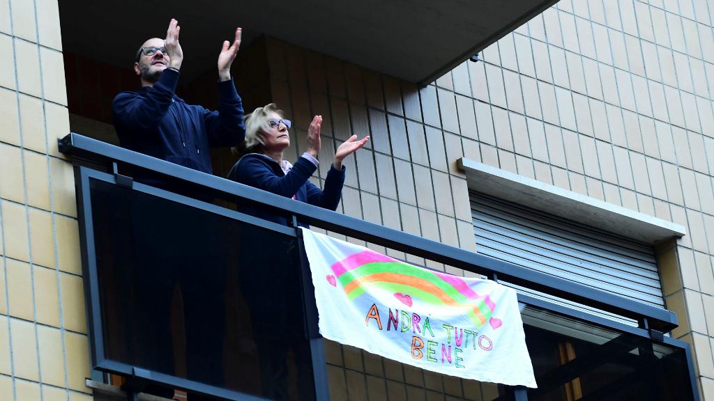 Españoles e italianos dedicaron un largo aplauso, desde los balcones donde están confinados, a todo el personal sanitario que está combatiendo el coronavirus.