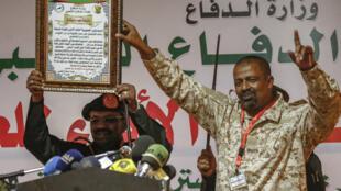 Omar el-Béchir s'adresse aux membres de la Force de défense populaire, un groupe paramilitaire, à Khartoum, le 12 février 2019.