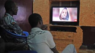 Des Somaliens regardent les informations annonçant la mort du chef des Shebab, le 6 septembre.