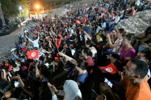مشجعون للمنتخب التونسي لكرة القدم يتابعون عبر شاشة في مسرح قرطاج، مباراته ضد مدغشقر ضمن بطولة كأس الأمم الأفريقية المقامة في مصر، في 11 يوليو/تموز 2019