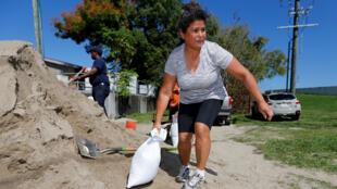 Residentes llenan sacos de arena en preparación para la tormenta tropical Nate en Nueva Orleans, Luisiana, este 6 de octubre de 2017.