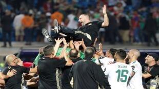 لاعبو المنتخب الجزائري يحتفلون باللقب مع مدربهم بلماضي