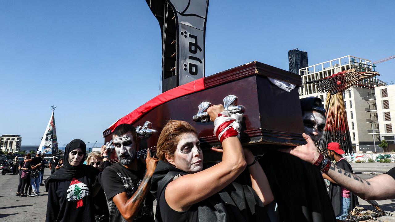 Sur cette photo d'archive prise le 13 juin 2020, des manifestants anti-pouvoir participent à des funérailles symboliques du Liban, dans le centre de la capitale Beyrouth.