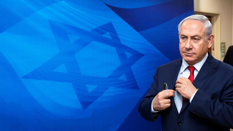 El primer ministro israelí, Benjamin Netanyahu, llega para asistir a la reunión semanal del gabinete en la oficina del Primer Ministro en Jerusalén el 3 de diciembre de 2017