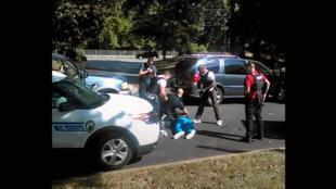Keith Scott à terre, le 20 septembre, alors qu'il vient d'être abattu par la police de Charlotte sous les yeux de sa femme.