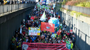 Des manifestants défilent à Bonn, le 4 novembre 2017, lors de la marche pour le climat, deux jours avant la COP23.