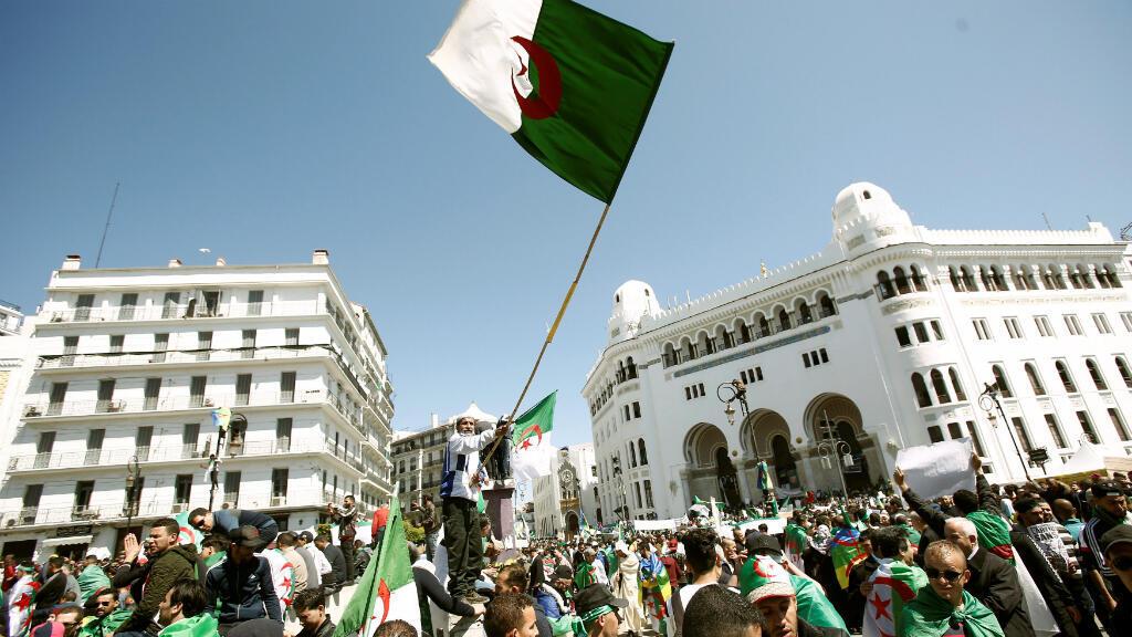 Las personas portan banderas nacionales durante una protesta para exigir la destitución del presidente Abdelaziz Bouteflika en Argel, Argelia, el 29 de marzo de 2019.