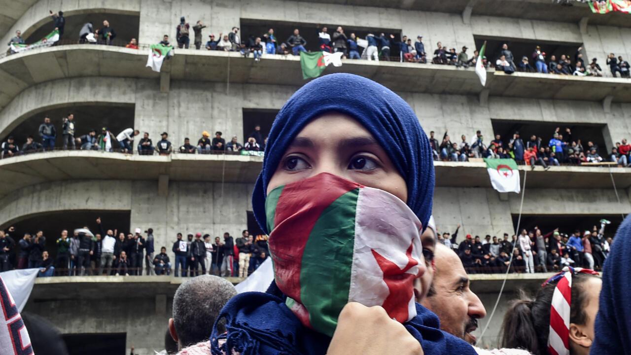 Una mujer se cubre la cara con la bandera argelina en la jornada de protestas del pasado 8 de marzo