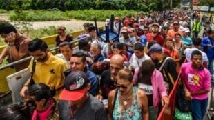فنزويليون يجتازون معبر سيمون بوليفار الدولي الحدودي مع كولومبيا في 25 تموز/يوليو 2017