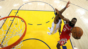 Foto de archivo del jugador de Houston Rockets, James Harden, frente al defensor de Golden State Warriors, Jordan Bell, durante las finales de la Conferencia Oeste de la NBA en Oakland, California, el el 26 de mayo de 2018.