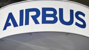 El logotipo de Airbus, en un expositor durante un congreso de astronáutica, el 22 de octubre de 2019 en Washington