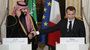 Emmanuel Macron (D) et le prince Mohammed ben Salman (g), lors d'une conférence de presse à l'Élysee, le 10 avril 2018.