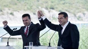 Le Premier ministre macédonien Zoran Zaev et son homologue grec Alexis Tsipras célébrant la signature de l'accord, le dimanche 17 juin.
