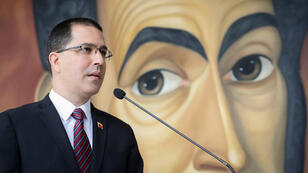 """El canciller de Venezuela, Jorge Arreaza, ofrece declaraciones a la prensa este viernes en la Casa Amarilla, sede de la cancillería en Caracas (Venezuela). Arreaza dijo que el rearme de un grupo de líderes disidentes de las FARC en Colombia es """"exclusiva responsabilidad"""" de su presidente, Iván Duque."""
