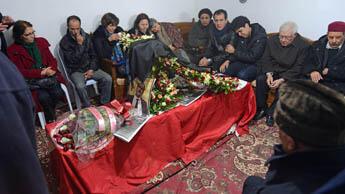 أفراد عائلة الراحل يتحلقون حول جثمانه لإلقاء النظرات الأخيرة
