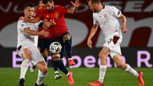 El defensa español José Luis Gayà (C) disputa el balón con el volante suizo Granit Xhaka (I), en partido de la Liga de Naciones jugado el 10 de octubre de 2020 en Madrid