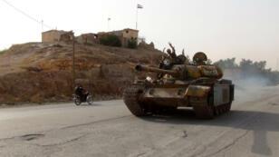 Un combattant pro-régime fait le signe de la victoire le 21 août dans un quartier de la ville de Hassaké, théâtre d'affrontements entre forces gouvernmentales et milices kurdes.