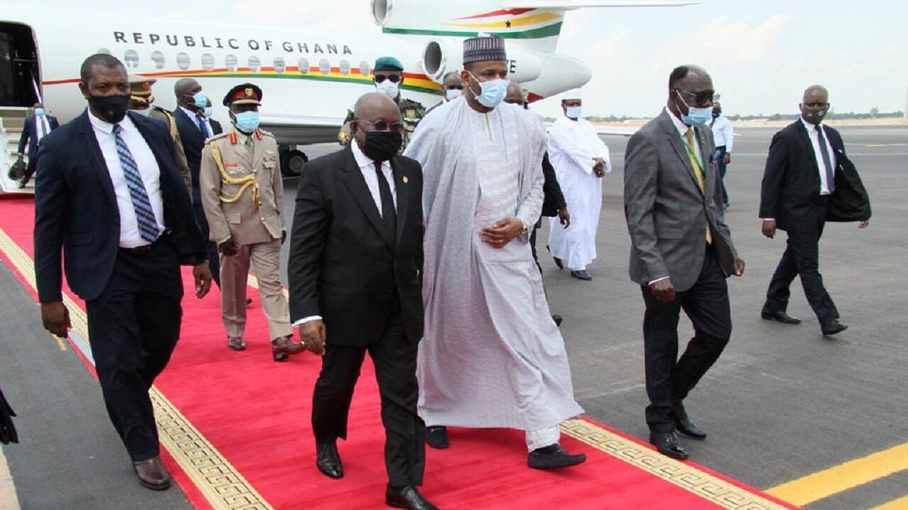 رئيس وزراء مالي بوبو سيسي يسير مع رئيس غانا نانا أكوفو أدو عند وصوله إلى باماكو، مالي 23 يوليو/تموز 2020.