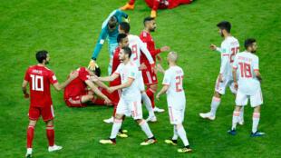 Jugadores españoles e iraníes al finalizar el partido