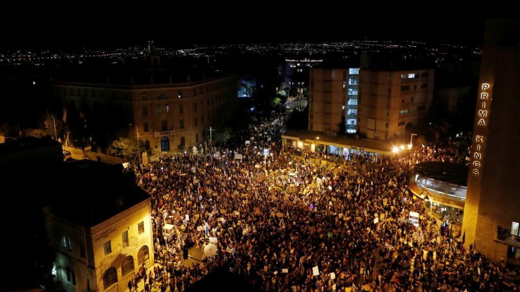 Protestas similares, pero menos multitudinarias, se presentaron en Tel Aviv y Cesarea, ciudad donde está ubicada la residencia personal de Netanyahu. 1 de agosto de 2020.