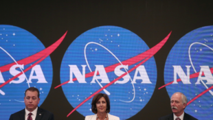 Jeff DeWit, principal funcionario financiero de la NASA (izq.), Robyn Gatens, directora adjunta de la EEI (cen.) y Bill Gerstenmaier, administrador asociado de la NASA (der.), en Nueva York, Estados Unidos. 7 de junio de 2019.