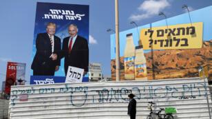 El primer ministro israelí Benjamin Netanyahu hace gestos durante una reunión semanal del gabinete en el Valle del Jordán, en Cisjordania ocupada.