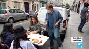 Craig Carlson, un estadounidense que dirige dos restaurantes en París, ahora atiende a sus cliente afuera de su sitio.