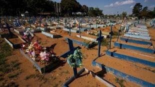 Des tombes de victimes du Covid-19 au cimetière Nossa Senhora à Manaus, au Brésil, le 19 juin 2021
