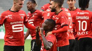 لاعبو رين يحتفلون بهدف سيرو غيراسي في مرمى سانت اتيان خلال لقاء الفريقين في الدوري الفرنسي لكرة القدم، سانت اتيان في 26 ايلول/سبتمبر 2020