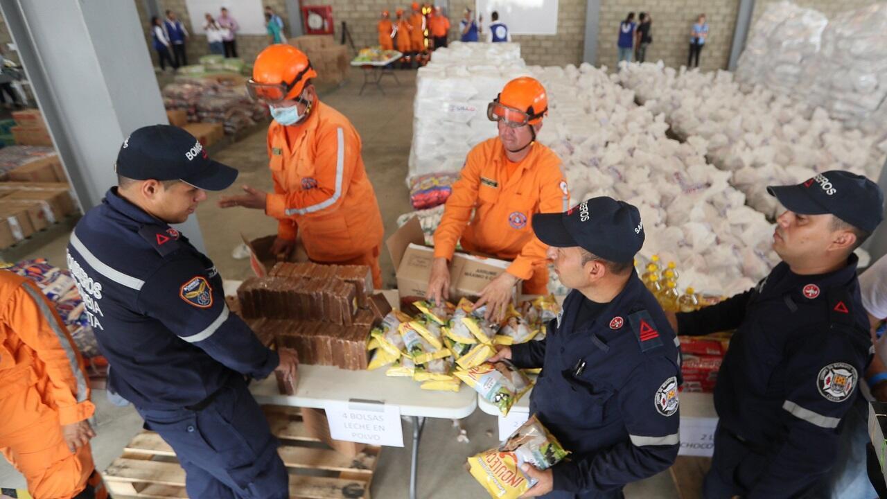 Autoridades organizan este viernes 8 de febrero el cargamento con la ayuda humanitaria para Venezuela en un centro de acopio dispuesto en el puente internacional de Tienditas, en Cúcuta (Colombia).