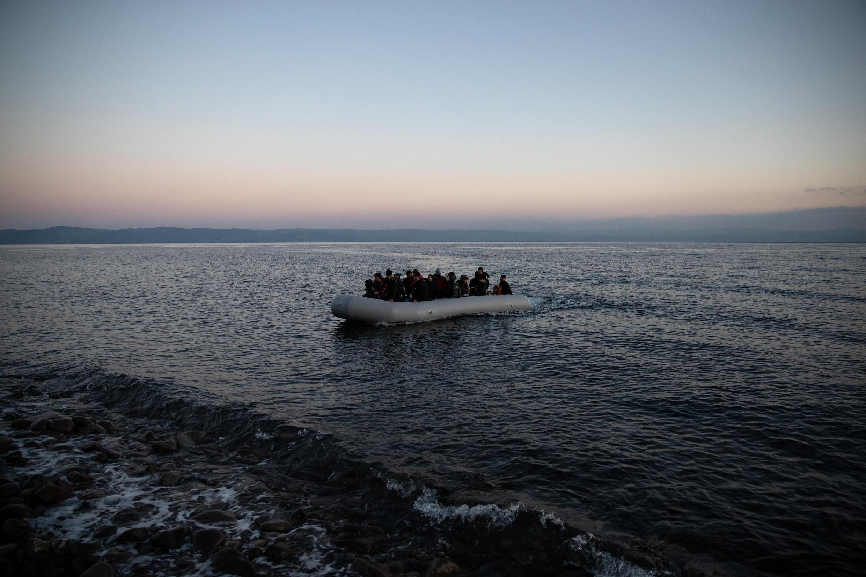 Des migrants afghans débarquent sur l'île grecque de Lesbos depuis le village turc de Skala Sikamias, le 2 mars 2020