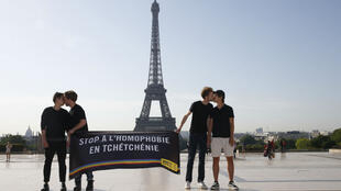 Des militants d'Amnesty International ont tenu un rassemblement au Trocadéro, lors de la visite de Vladimir Poutine à Paris, le 29 mai.