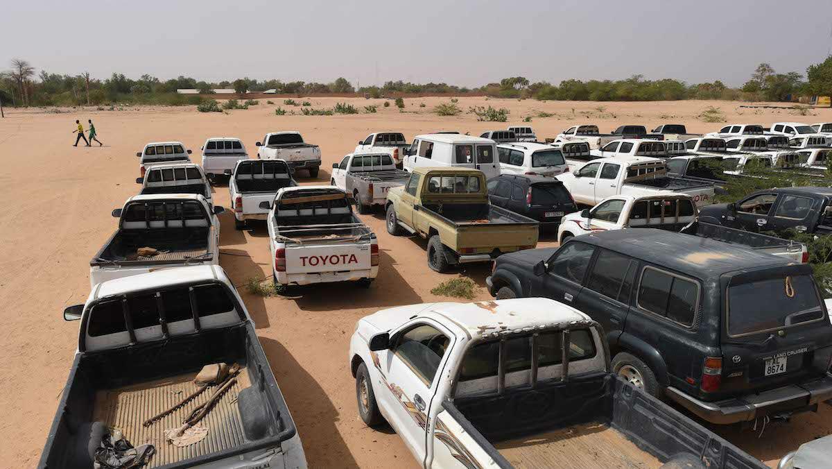 Les véhicules de transport de migrants saisis par les autorités sont parqués dans un camp militaire aux portes d'Agadez. Une centaine de 4x4 témoigne du tour de vis sécuritaire à l'encontre des passeurs, qui risquent également la prison.