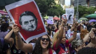 Des femmes brandissant des caricatures de Jair Bolsonaro à Rio de Janeiro, le 29 septembre 2018.