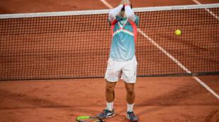 La joie de Hugo Gaston après sa victoire sur le Suisse Stan Wawrinka au 3e tour de Roland-Garros, le 2 octobre 2020
