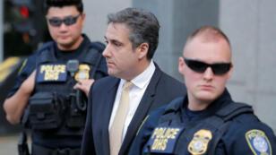 Michael Cohen (centro) se declaró culpable de los cargos de fraude fiscal y violación de la ley de financiación de campañas electorales el 21 de agosto de 2018.