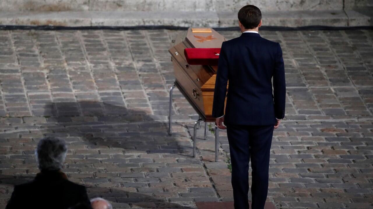 El presidente francés, Emmanuel Macron, rinde respetos al ataúd del maestro Samuel Paty, asesinado por mostrar caricaturas de Mahoma en sus clases. En París, Francia, el 21 de octubre de 2020.