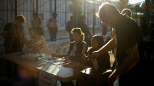 Un hombre emite su voto durante la elección presidencial en San Salvador, El Salvador, el 3 de febrero de 2019.