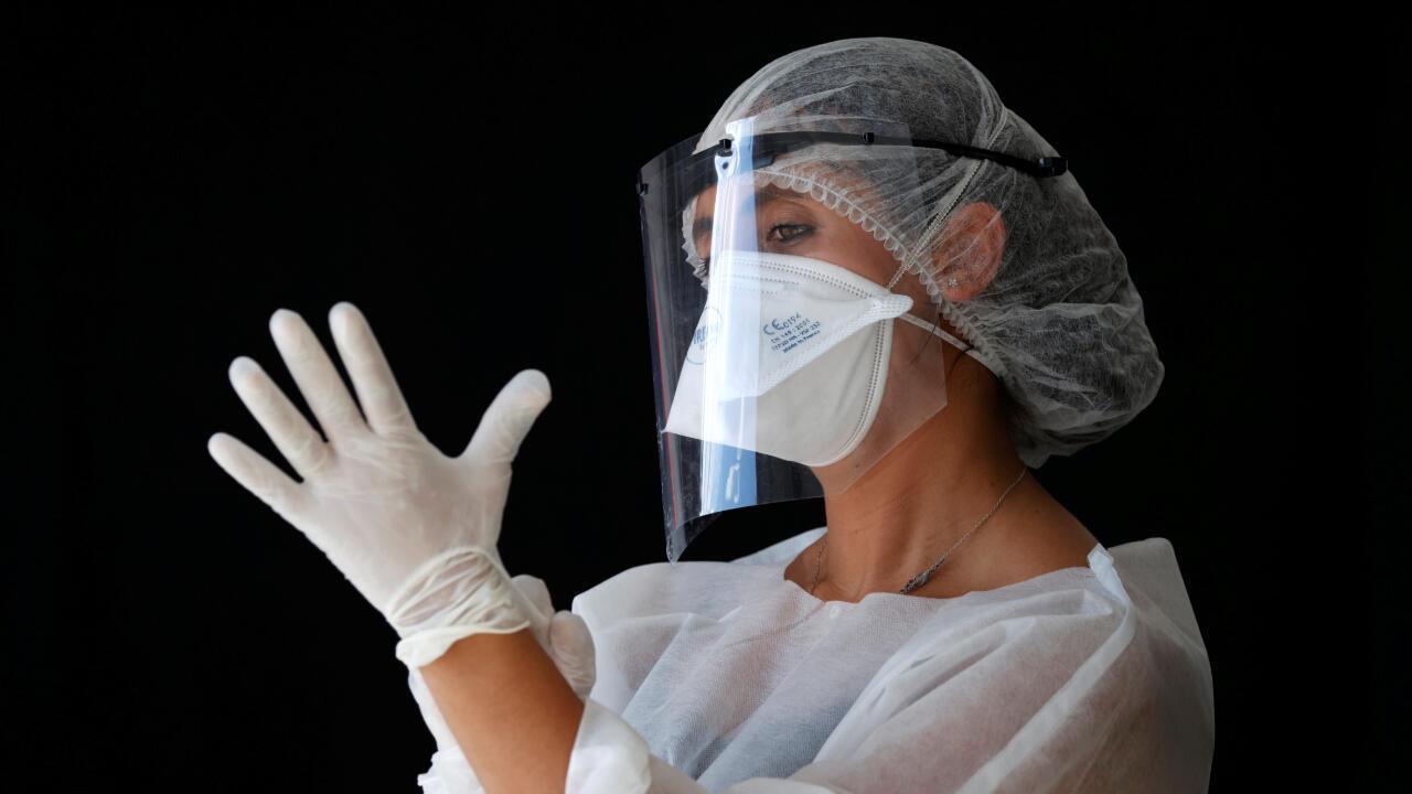 Un  soignant se prépare à faire passer des tests de Covid-19 à Paris, le 2 septembre 2020.